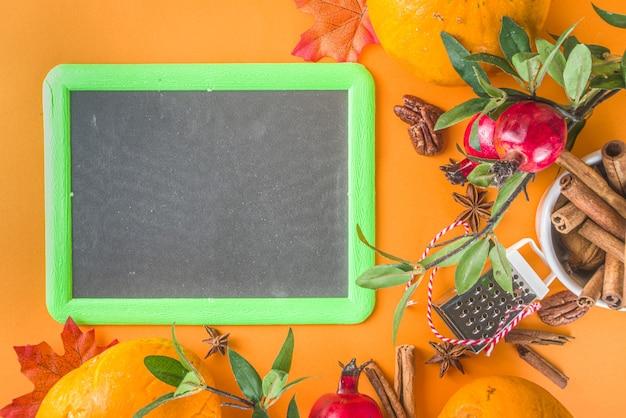 Herfst samenstelling, thanksgiving vakantie wenskaart. pompoen koken achtergrond, met herfst feestelijk decor, kleine pompoenen, kruiden, pecannoten, trendy kleurrijke oranje achtergrond kopie ruimte