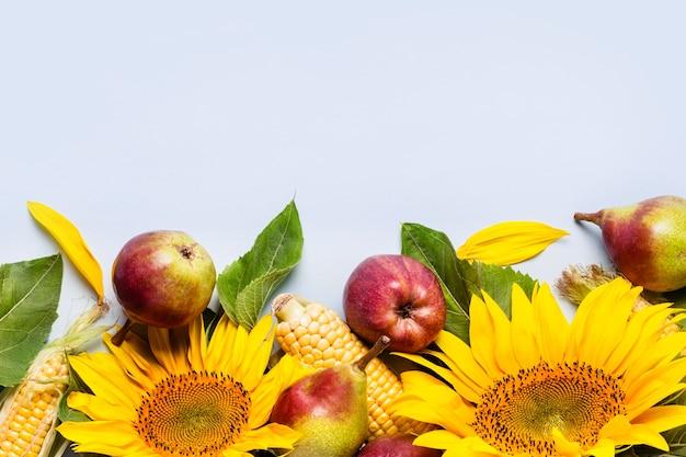 Herfst samenstelling van zonnebloem, maïs en peren. oogst vakantie concept