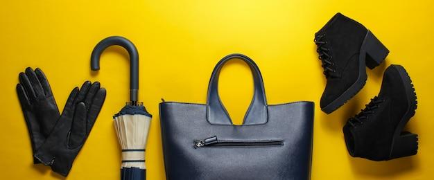Herfst schoenen en accessoires voor dames op een gele ondergrond.