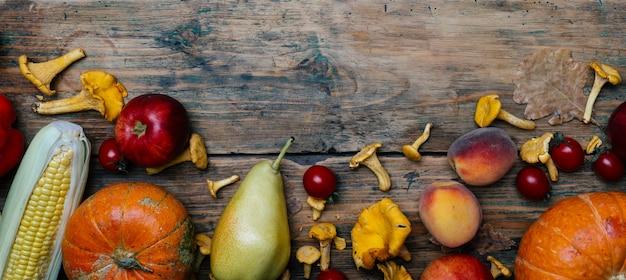Herfst seizoensgroenten en fruit: pompoen, peer, appels, maïs, cantharellen