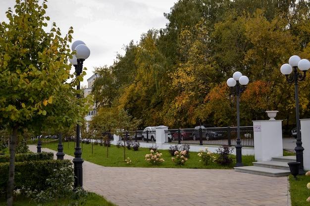 Herfst stadslandschap in het park, pad en lantaarns