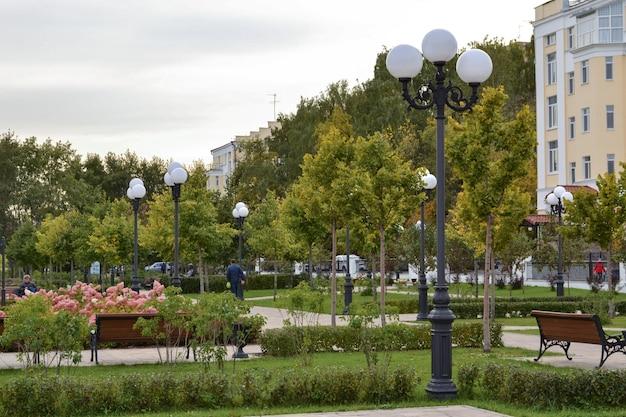 Herfst stadslandschap, steegje in het park, yekaterinburg city september
