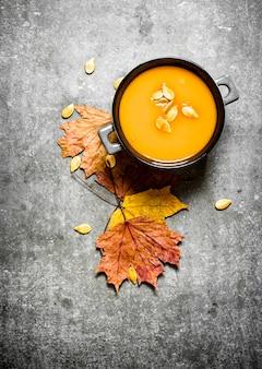 Herfst stijl pompoensoep van een rijpe pompoen op de stenen tafel