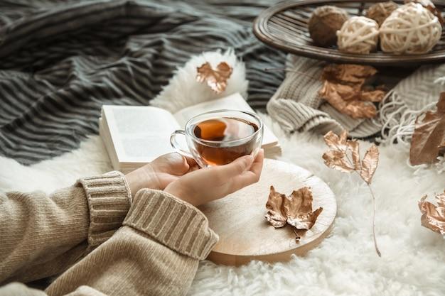 Herfst stilleven meisje met een kopje thee.