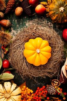 Herfst stilleven met pompoenen, appels en bladeren op oud hout
