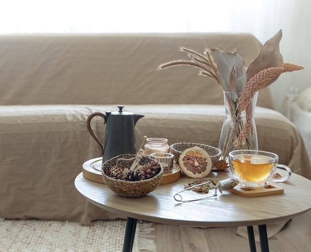 Herfst stilleven met thee op tafel in het interieur van de kamer, kopieer ruimte.