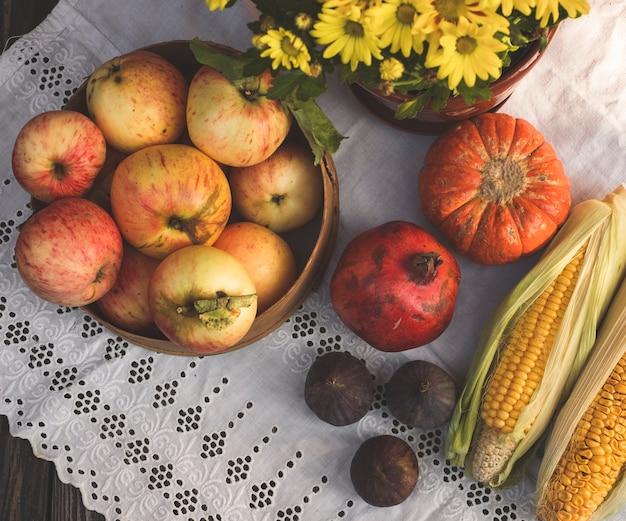 Herfst stilleven plat lag met appels, pompoen en rode maïs