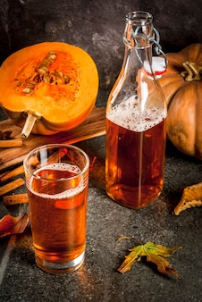 Herfst superfoods. de pompoenpastei kombucha van de gezond dieetveganist met ingrediënten op zwarte steenlijst