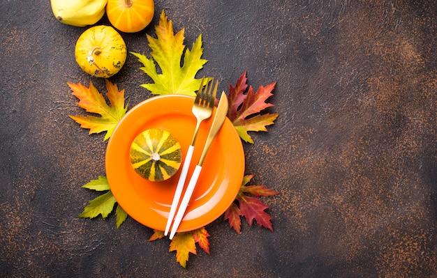 Herfst tabel instelling met bladeren