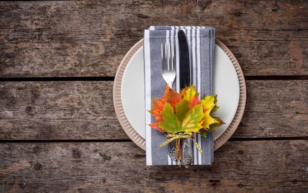 Herfst tabel instelling met kleurrijke bladeren