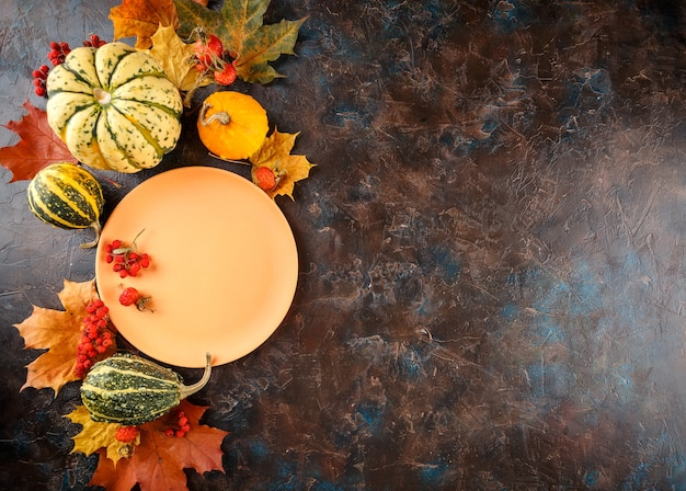Herfst tabel met pompoenen. thanksgiving-diner en herfstdecoratie. bovenaanzicht.