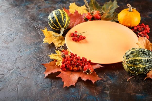 Herfst tabel met pompoenen. thanksgiving-diner en herfstdecoratie.