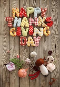 Herfst thanksgiving day samenstelling met handgemaakte tekst en groenten op houten achtergrond. ongewone thanksgiving dag illustratie. bovenaanzicht