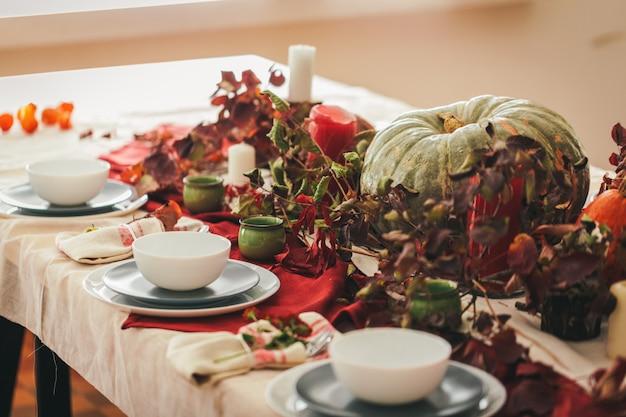 Herfst thanksgiving tabel instelling met feestelijke inrichting