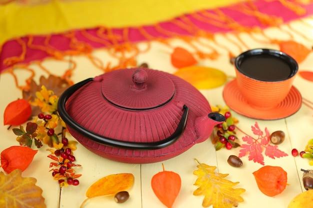 Herfst thee drinken. rode theepot in aziatische stijl