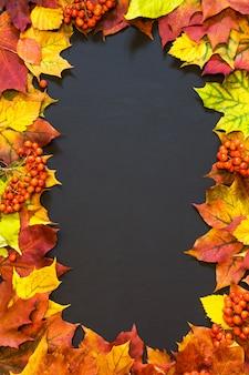 Herfst thema achtergrond met esdoorn bladeren.