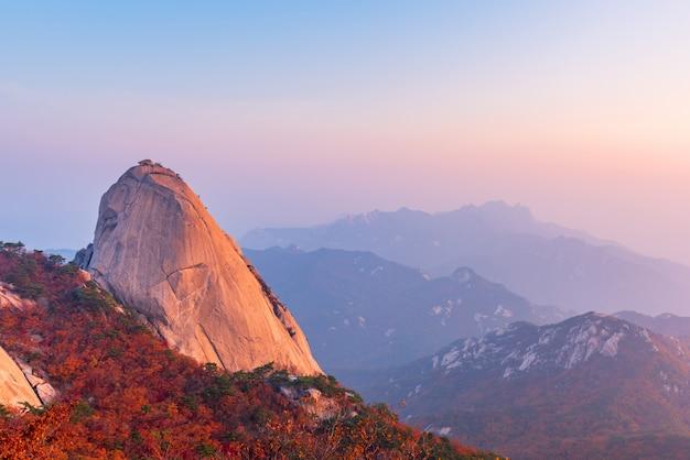Herfst van bukhansan-berg in seoel