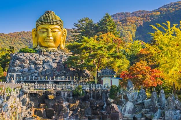 Herfst van het standbeeld van boeddha in de wawoo-tempel, yong-in. seoul, korea