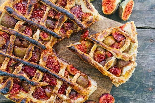 Herfst vijgen taart of taart met kaneel op een oude houten tafel. bovenaanzicht