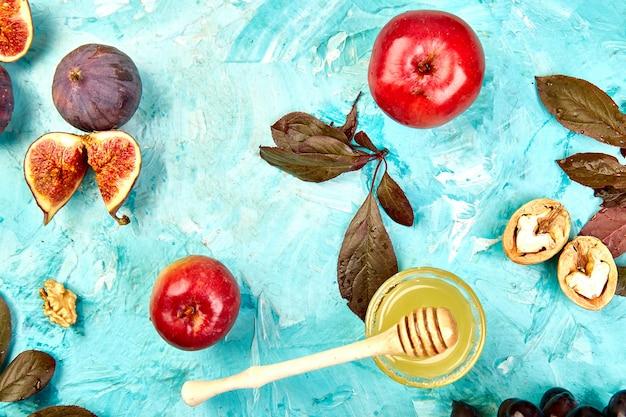 Herfst voedsel stilleven met seizoensfruit druif, rode appels en vijgen.