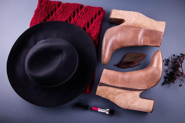 Herfst vrouwelijke outfit kleding, schoenen en accessoires