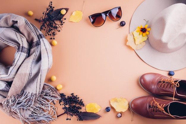 Herfst vrouwelijke outfit. set kleding, schoenen en accessoires. kopiëren