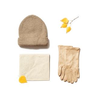 Herfst warme dameskleding beige gekleurde gebreide muts wollen sjaal en suède handschoenen