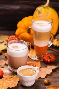 Herfst warme koffie dranken. pompoen latte, warme chocolademelk en espre