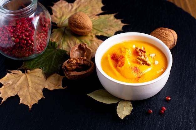 Herfst winter food-concept pompoen of butternut soep op zwarte leisteen stenen plaat
