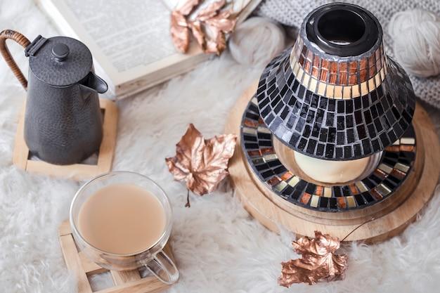 Herfst-winter gezellig huisstilleven met een kop warme drank. het uitzicht vanaf de top. het concept van huiselijke sfeer en inrichting. herfst - winterthema