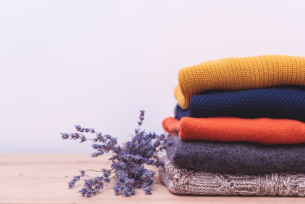 Herfst, winterseizoen breigoed. wollen truien en gedroogde lavendel voor bescherming tegen motten.