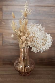 Herfst woondecoratie vaas met boeket gedroogde hortensia aartjes oren en planten