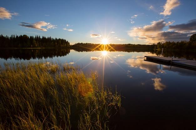 Herfst zonsondergang in een meer in lapland, noord-zweden.