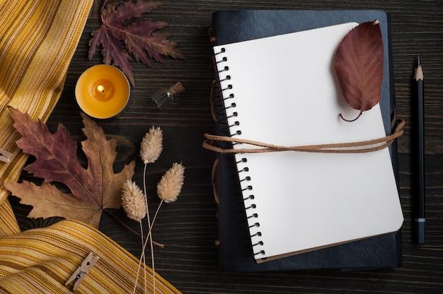 Herfstbladeren en aangestoken kaarsen