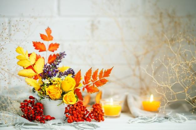Herfstbladeren en bloemen op een houten tafel. herfst achtergrond met kopie ruimte. herfst stilleven.