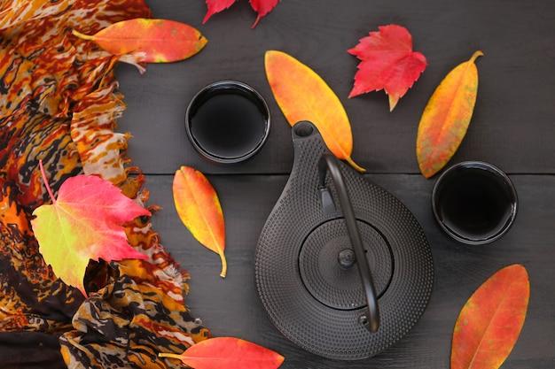 Herfstbladeren en theepot
