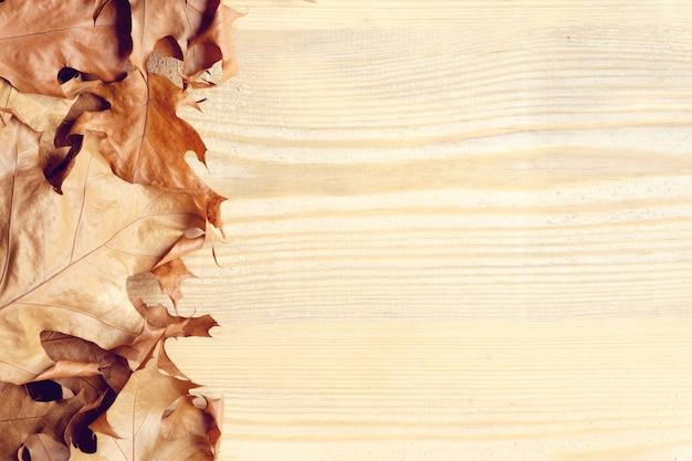 Herfstbladeren op houten oppervlak