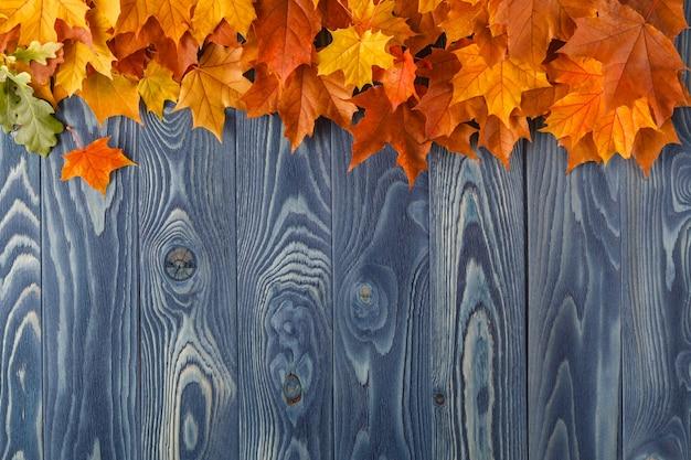 Herfstbladeren op oude houten achtergrond. met kopie ruimte