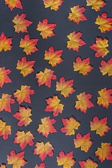 Herfstbladeren op zwart naadloos patroon