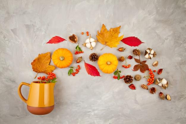 Herfstbladeren, pompoenen, bessen gieten uit een kruik. concept van de herfst stemming, kleuren, oogst