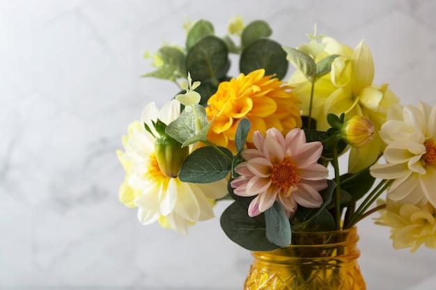 Herfstboeket met frisse dahlia gele, witte, roze bloemen.
