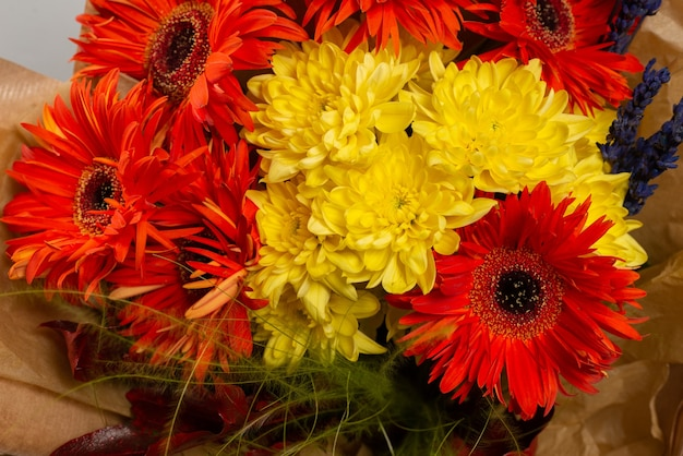 Herfstboeket met oranje en gele bloemen. gerbera.