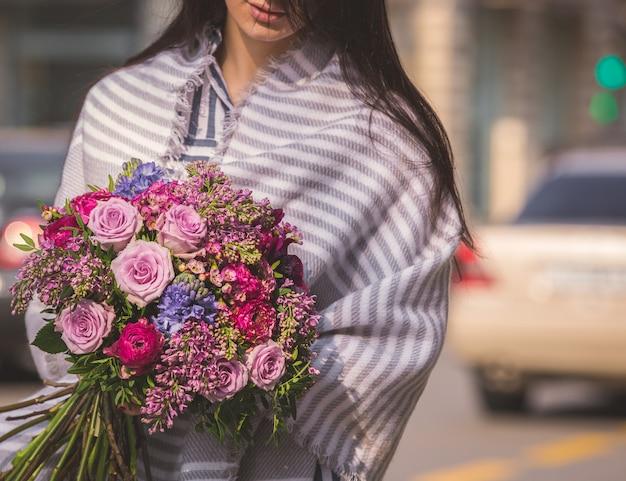 Herfstboeket met roze rozen en bessen, sjaal in de schouders