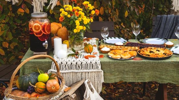Herfstbrunchtafel in de achtertuin met pompoen en geel decor.