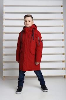 Herfstcollectie kleding voor kinderen en tieners. jassen en jassen voor herfst koud weer