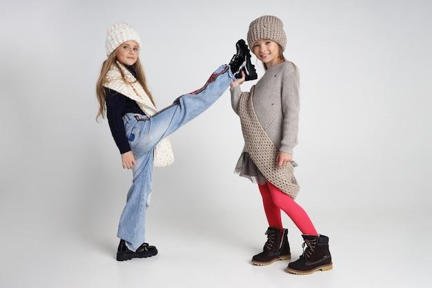 Herfstcollectie kleding voor kinderen en tieners. jassen en jassen voor koud herfstweer. kinderen poseren op een witte achtergrond. rusland, sverdlovsk, 1 september 2019