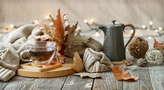 Herfstcompositie met een kopje thee en decoratieve details van wooncomfort.