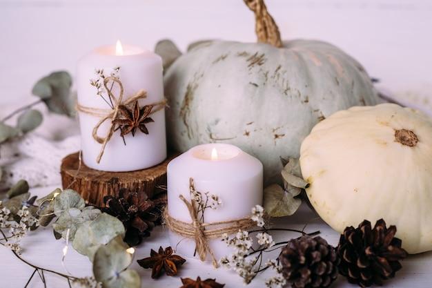 Herfstcompositie met pompoen en kaarsen prachtig herfstdecor
