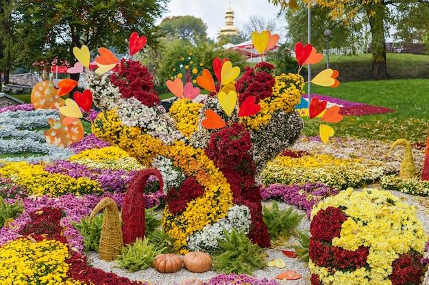 Herfstcomposities zijn gemaakt van chrysanthemum, autumn chrysanthemum exhibition in kiev Premium Foto