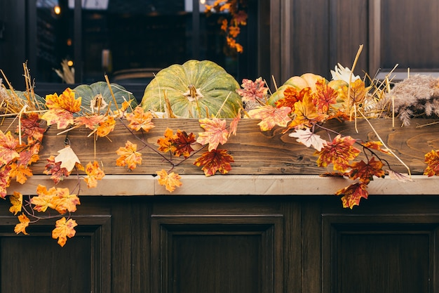 Herfstdecor, gele bladeren en pompoenen